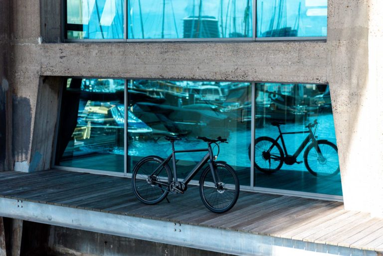 Side view of LEKKER Amsterdam GT eBike at harbour